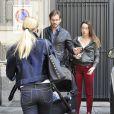 Michelle Hunziker avec ses filles et son fiancé, Tomaso Trussardi, dans les rues de Milan le 5 avril 2014. La petite Sole dans le landeau, l'aînée Aurora, en pantalon rouge.
