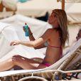 Paige Butcher, en bikini, se prélasse sur une plage de Maui. Hawaï, le 4 avril 2014.