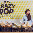 """Exclusif - Nathalie Nguyen, finaliste de l'émission """"Masterchef 2"""" pose dans sa boutique """"My crazy pop"""" à Paris le 3 avril 2014."""