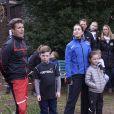 La princesse Mary de Danemark prenait part le 5 avril 2014, avec son mari Frederik et leurs deux grands enfants Christian et Isabella, à une course d'orientation à Rude.