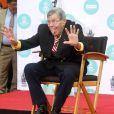 Jerry Lewis laisse ses empreintes dans le ciment hollywoodien du TCL Chinese Theatre, le 12 avril 2014.