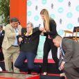 Jerry Lewis laisse ses empreintes dans le ciment hollywoodien au TCL, Los Angeles, le 12 avril 2014.