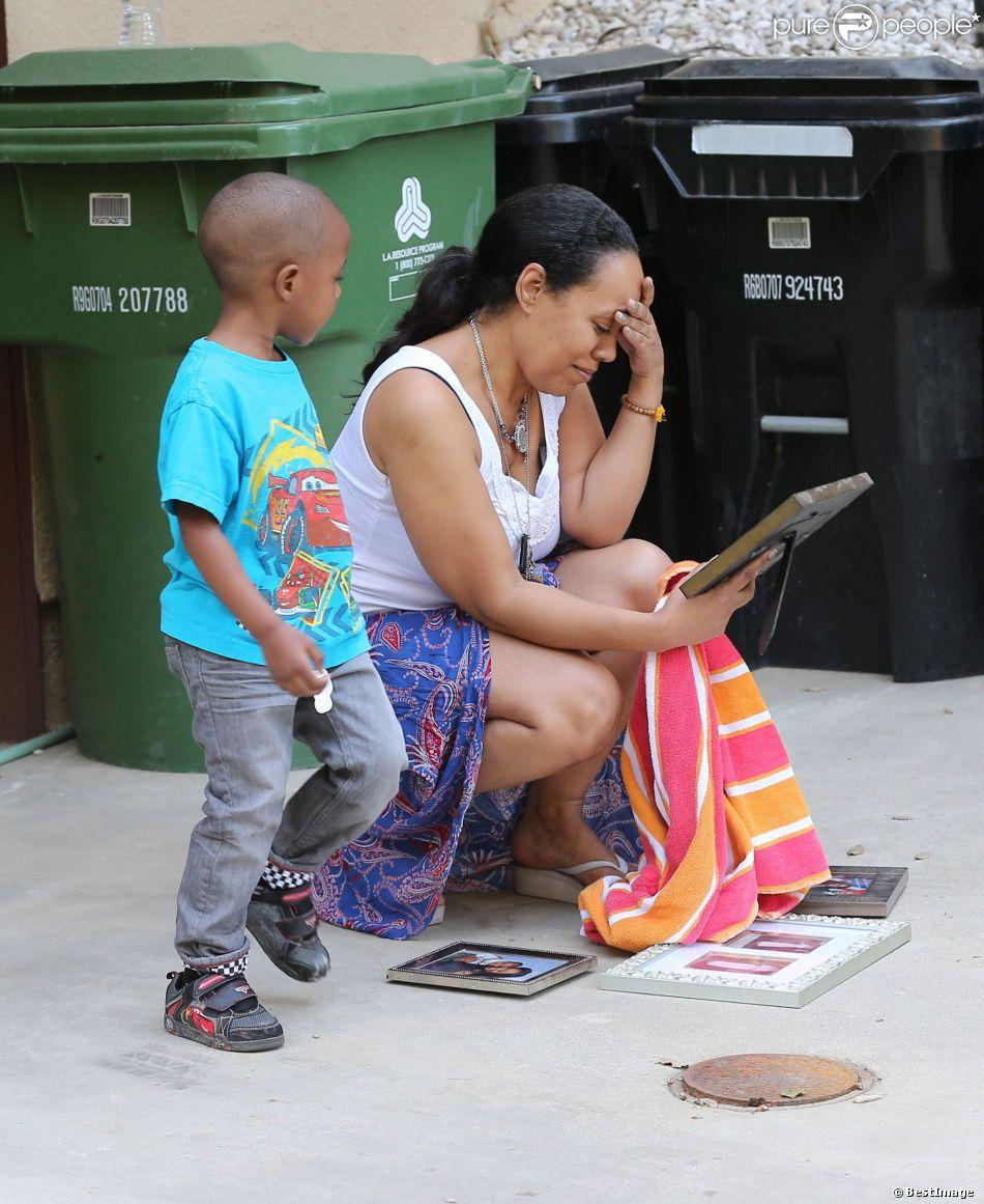 Exclusif - Alexsandra Wright, l'ancienne maîtresse de Mathew Knowles (le père de Beyoncé) et son fils Nixon sont forcés de quitter leur maison pour se retrouver à la rue le 28 Mars 2014 à Los Angeles.