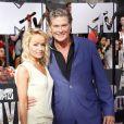 David Hasselhoff et sa compagne Hayley Roberts sur le tapis rouge de la cérémonie des MTV Movie Awards à Los Angeles, le 13 avril 2014.