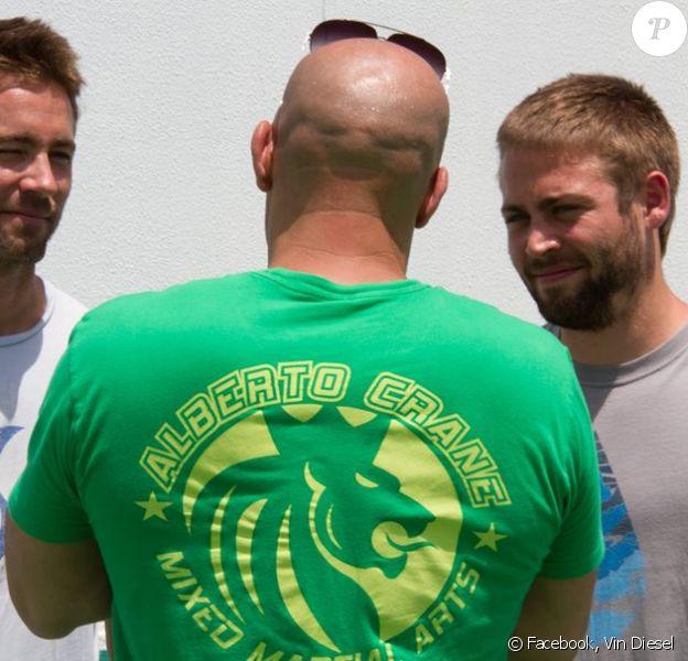 Vin Diesel aux côtés des deux frères de Paul Walker, Cody et Caleb, sur le tournage de Fast & Furious 7 (Fast 7) à Dubaï, avril 2014.