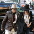 Johnny Depp et sa fiancée Amber Heard, stylés, arrivent à leur hôtel à New York, le 21 avril 2014.
