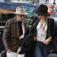 Johnny Depp et sa fiancée Amber Heard, complices et discrets, arrivent à leur hôtel à New York, le 21 avril 2014.