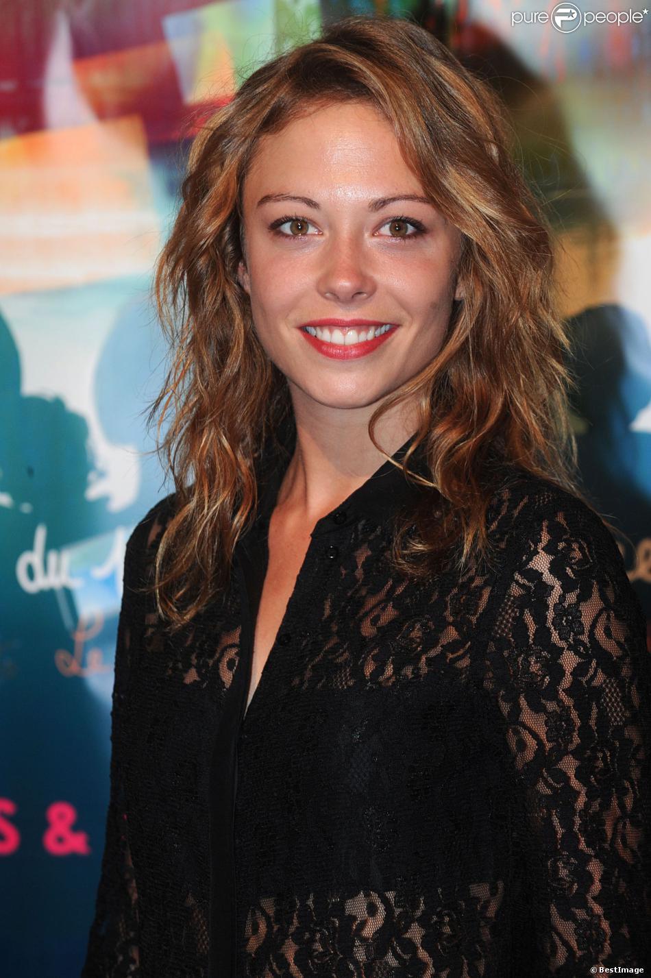 Dounia Coesens arrive sur le tapis rouge de la cérémonie de clôture du 15e Festival De La Fiction TV de La Rochelle le 14 septembre 2013.