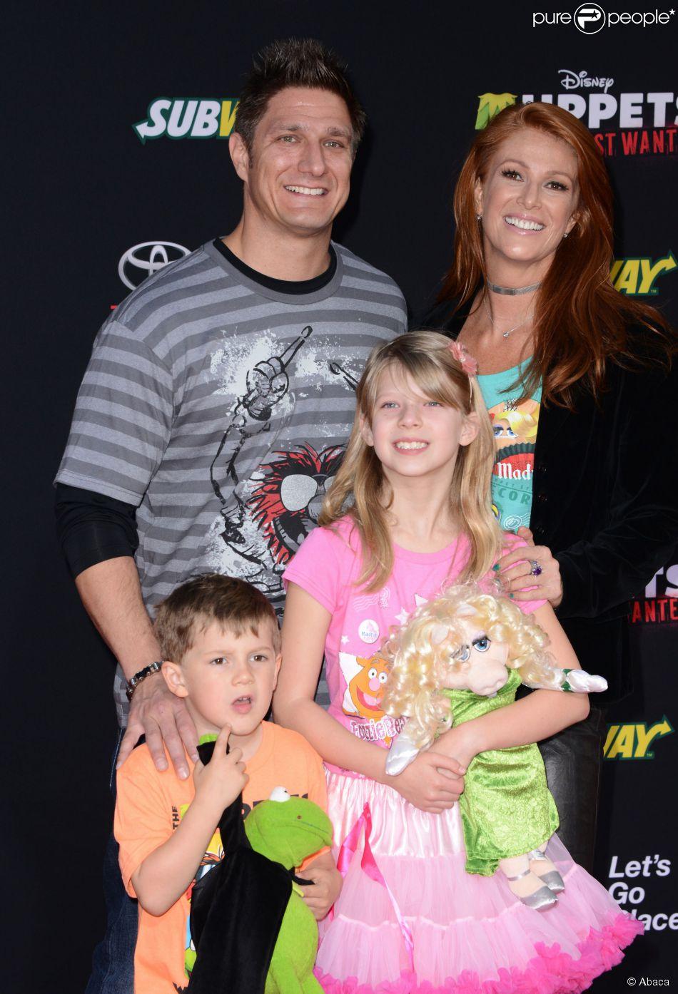 Angie Everhart et son fiancé Carl Ferro et leurs enfants respectifs à Los Angeles, le 11 mars 2014.