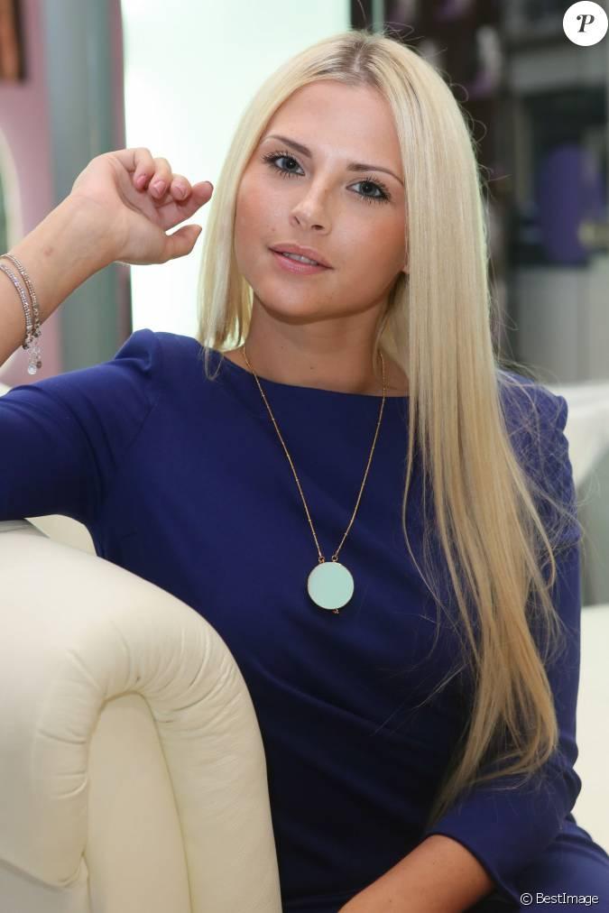 Kelly vedovelli lors de la soir e de lancement du salon de for Salon de coiffure sexy