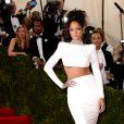 Rihanna assiste au MET Gala au Metropolitan Museum of Art, habillée d'une robe Stella McCartney. New York, le 5 mai 2014.