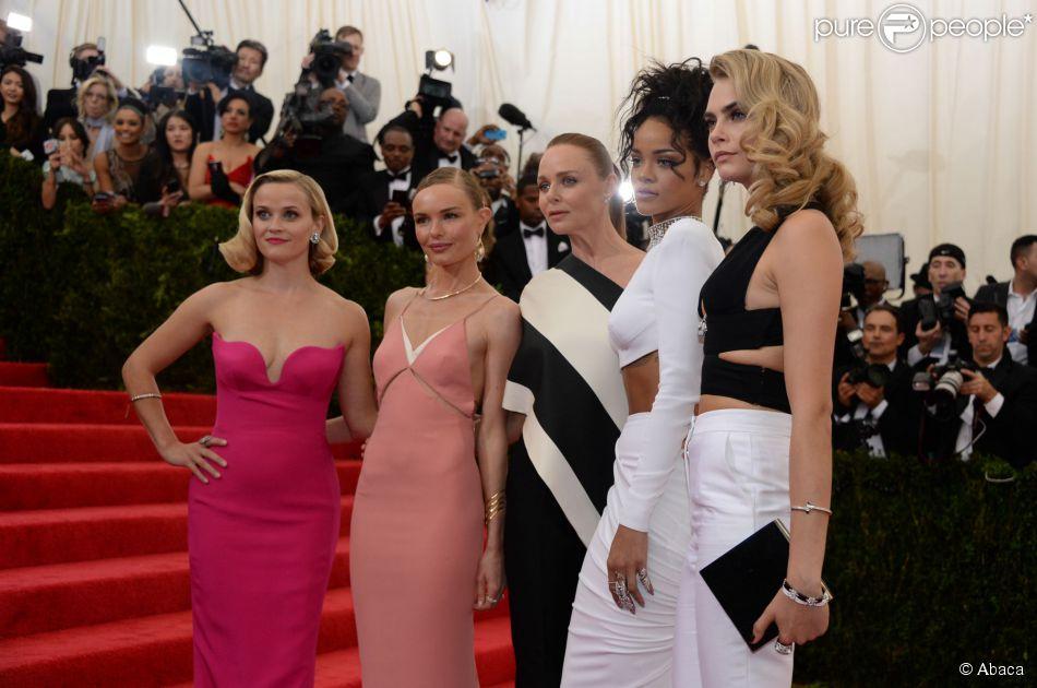 Reese Witherspoon, Kate Bosworth, Stella McCartney, Rihanna et Cara Delevingne assistent au MET Gala au Metropolitan Museum of Art. New York, le 5 mai 2014.