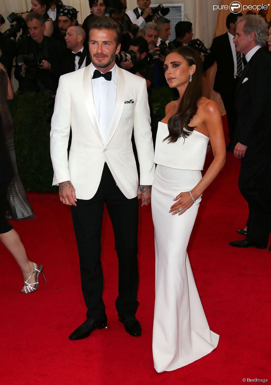 Victoria Beckham et son époux David ont fait sensation à leur arrivée au Met Gala à New York le 5 mai 2014. Le couple, très assorti, a fait le spectacle.