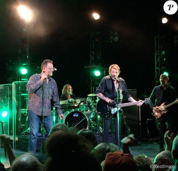"""Jean Reno est monté sur scène pour chanter """"Toute la musique que j'aime"""" - Johnny Hallyday était en concert au """"Beacon Theatre"""" à New York le 6 mai 2014"""