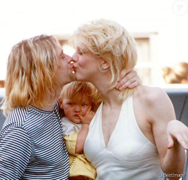 Kurt Cobain et sa femme Courtney Love avec leur fille Frances à Los Angeles le 22 septembre 1993.