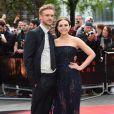 """Elizabeth Olsen et son fiancé à la première du film """"Godzilla"""" à Londres le 11 mai 2014."""