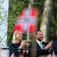 La princesse Mette-Marit et le prince Haakon applaudissant lors du concert. La famille royale de Norvège a achevé de fêter le bicentenaire de la constitution norvégienne à Eidsvoll le 17 mai 2014. Des festivités étaient organisées dans la ville où fut ratifié le texte en 1814, auxquelles le roi Harald, la reine Sonja, le prince Haakon et la princesse Mette-Marit ont pris part avec la reine Margrethe II de Danemark et le prince Henrik ainsi que le roi Carl XVI Gustaf de Suède et la reine Silvia.