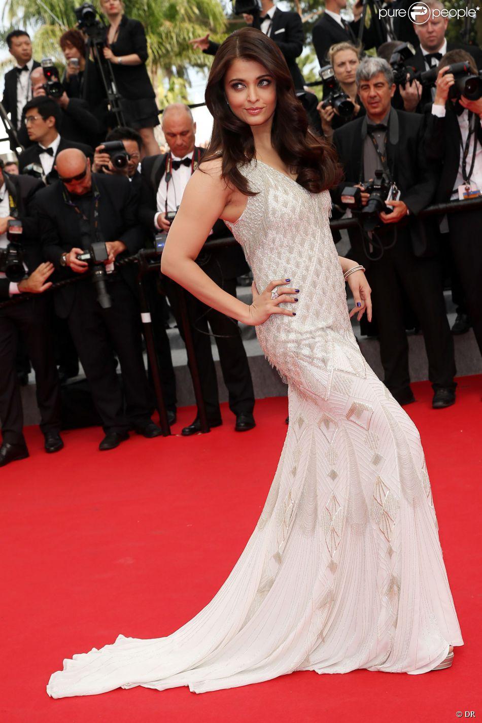 Aishwarya Rai portait une robe longue beige à la montée des marches du film The Search
