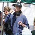 Nikki Reed, célibataire, fait le marché avec sa maman à Los Angeles, le 11 mai 2014.