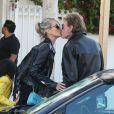 Johnny Hallyday et sa femme Laeticia s'embrassent en quittant le restaurant Taverna Tony à Malibu, le 25 mai 2014.