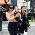 Kim Kardashian, sa fille North et sa grande soeur Kourtney se rendent à la boutique-atelier Givenchy, située avenue George V à Paris. Le 20 mai 2014.