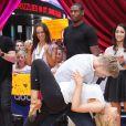 Jacoby Jones des Baltimore Ravens, en arrière-plan, observant avec sa partenaire Karina Smirnoff leurs rivaux de Dancing with the Stars Derek Hough et Kellie Pickler le 22 mai 2013