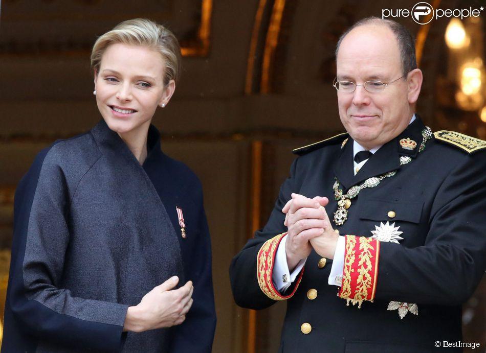 La princesse Charlene et le prince Albert II de Monaco - La famille de Monaco au balcon du palais princier lors de la fete nationale a Monaco. Le 19 novembre 2013