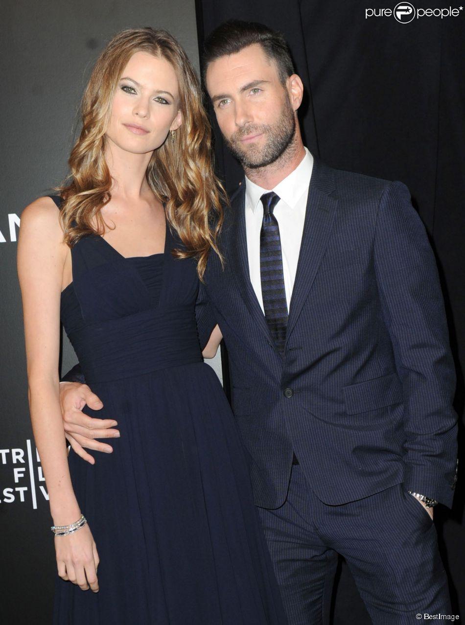 """Adam Levine et sa fiancée Behati Prinsloo lors de la première du film """"Begin Again"""" pendant le Festival du Film de Tribeca à New York, le 26 avril 2014."""