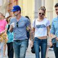 Adam Levine et sa fiancée Behati Prinsloo se promènent à New York, le 29 juillet 2013.