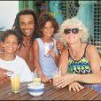 Exclusif : Yannick en famille avec ses deux enfants Joachim et Yelena et sa maman, Marie Claire (photo d'archives).