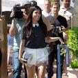 Kourtney Kardashian et sa soeur Khloé se promènent dans les Hamptons le 3 juin 2014