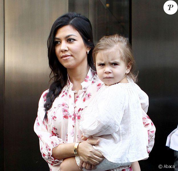 Khloe Kardashian sort de son hôtel à SoHo le 2 juin 2014 avec sa fille Penelope.