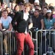 """Le journaliste ukrainien Vitalii Sediuk, connu pour ses apparitions impromptues sur les tapis rouges, arrêté et menotté par les policiers sur le tapis rouge de """"Maleficent"""" après avoir agressé Brad Pitt à Los Angeles le 28 mai 2014."""