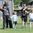 Kendra Wilkinson (enceinte) et son mari Hank Baskett encouragent leur fils Hank lors de son match de football à Woodland Hills, le 30 mars 2014.