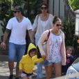 Exclusif - Jennifer Lopez, son compagnon Casper Smart et ses enfants Emme et Max sur une plage de Malibu, le 6 juillet 2013.