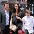 Simon Fuller honoré sur le Hollywood Walk of Fame, en compagnie de Victoria Beckham et son fils Brooklyn, le 23 mai 2011.