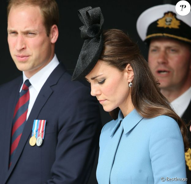 """Le prince William et Kate Middleton, duchesse de Cambridge, dans receuillement lors de la cérémonie sur la plage """"Gold Beach"""" à Arromanches pour les commémorations du 70e anniversaire du débarquement sur les plages de Normandie lors de la Seconde Guerre Mondiale, le 6 juin 2014."""