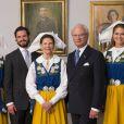 La famille royale de Suède a célébré la Fête nationale le 6 juin 2014. La reine Silvia, la princesse héritière Victoria et la princesse Madeleine portaient la robe traditionnelle aux couleurs de la Suède.