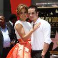 """Jennifer Lopez et Casper Smart lors de l'inauguration de l'étoile de Jennifer Lopez sur le """"Walk of Fame"""" à Hollywood, le 20 juin 2013."""