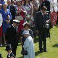 La reine Elizabeth II et Kate Middleton rencontrent les invités à la garden party organisée à Buckingham Palace le 10 juin 2014