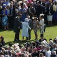 La reine Elizabeth II avec ses convives à la garden party organisée à Buckingham Palace le 10 juin 2014