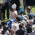 Kate Middleton discute avec les invités à la garden party organisée à Buckingham Palace le 10 juin 2014