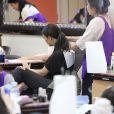 Kim Kardashian se fait faire les ongles et masser au salon Beverly Hills Nail Design. Los Angeles, le 19 juin 2014.