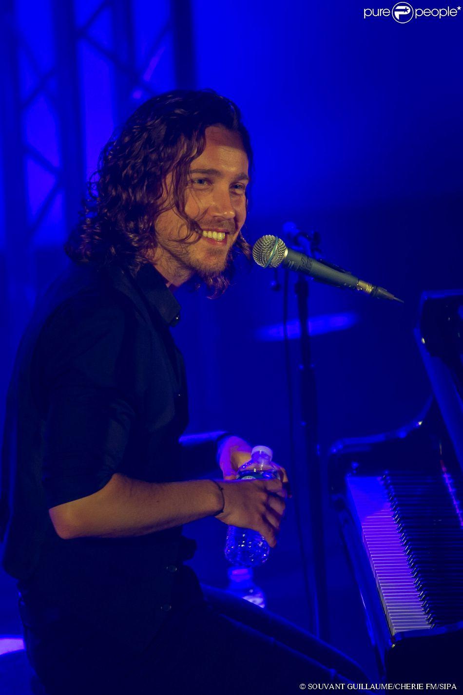 Julien Doré en concert pour Chérie FM au Futuroscope de Poitiers, le 23 juin 2014.