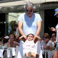 Andrea Bocelli, sa femme Veronica Berti et leur fille Virginia se promènent dans les rues de Saint-Tropez. Le 2 juillet 2014.