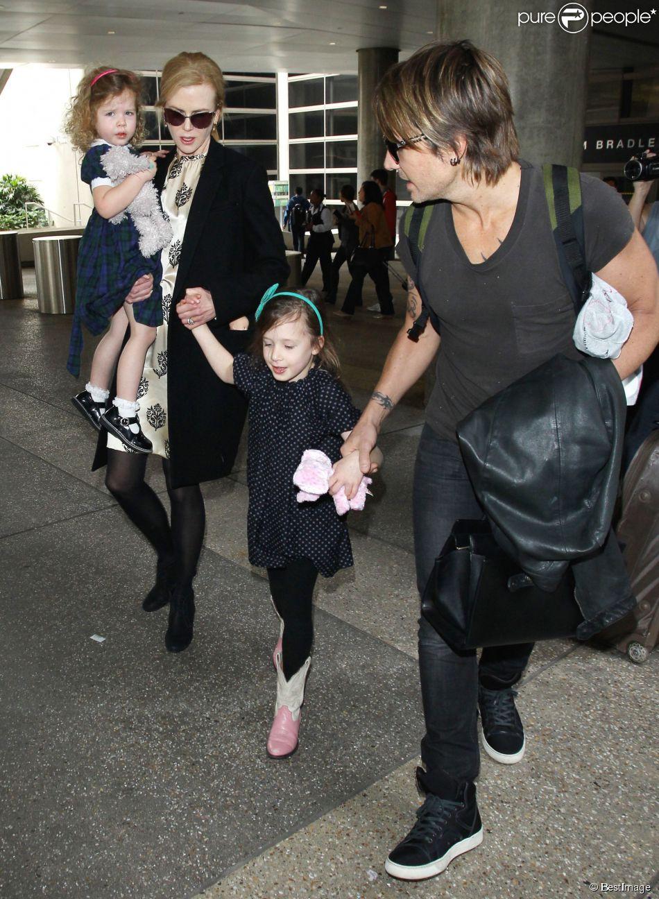 Nicole Kidman, son mari Keith Urban et leurs filles Sunday (bientôt 6 ans) et Faith (3 ans) arrivant à l'aéroport LAX de Los Angeles le 3 juillet 2014