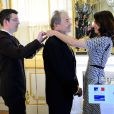 Pierre Perret a reçu la médaille de Commandeur de l'Ordre des Arts et des Lettres des mains de la ministre de la Culture Aurélie Filippetti à Paris, le 9 juillet 2014.