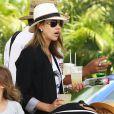 Exclusif - Jessica Alba arrive à Mexico pour leurs vacances, le 11 juillet 2014. L'actrice porte un t-shirt Eleven Paris à l'effigie de Kate Moss.