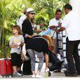 Exclusif - Jessica Alba, son mari Cash Warren et leurs filles Honor et Haven arrivent à Mexico pour leurs vacances, le 11 juillet 2014. L'actrice porte un t-shirt Eleven Paris à l'effigie de Kate Moss.