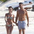 Jessica Alba et son mari Cash Warren se baignent lors de leurs vacances à Mexico, le 11 juillet 2014.